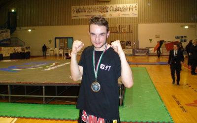 Senesi Francesco, dello Zen Shin Club Kungfu, Vince L'incontro professionistico di Kick Boxe contro il Campione romeno Bogdan Dragulelei.